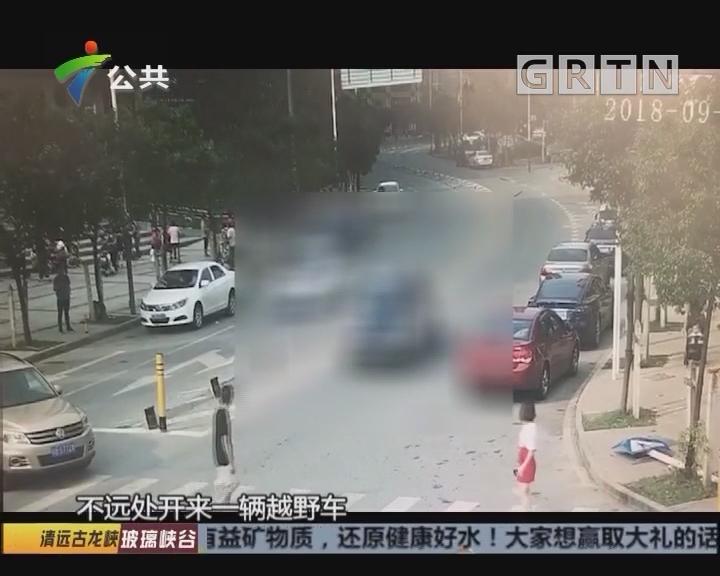 女子过马路被卷入车底 众人抬车救人