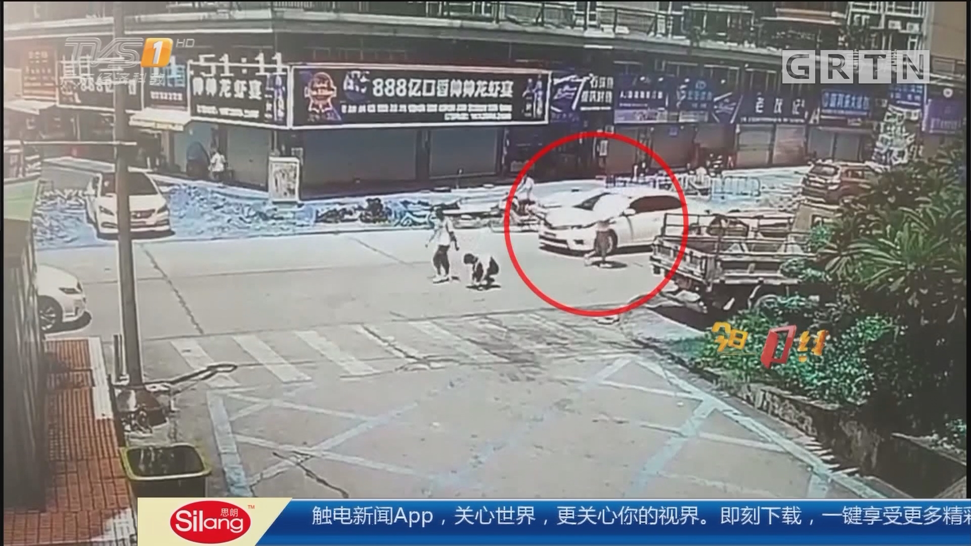 珠海香洲:男子系鞋带被卷车底 街坊抬车救人
