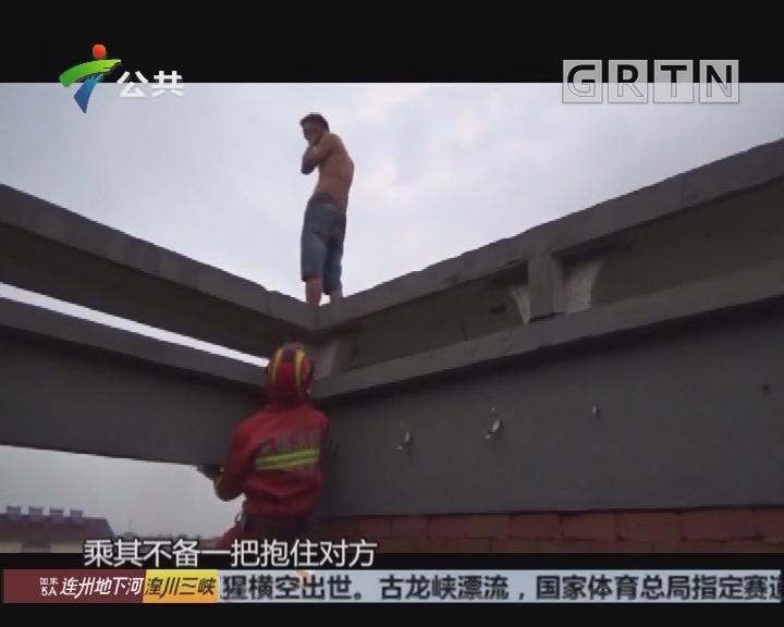 江苏无锡:霸气一抱 消防人员施救轻生男子