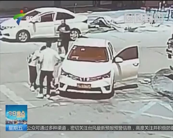 珠海香洲:男子蹲马路被卷车底 众街坊齐救人