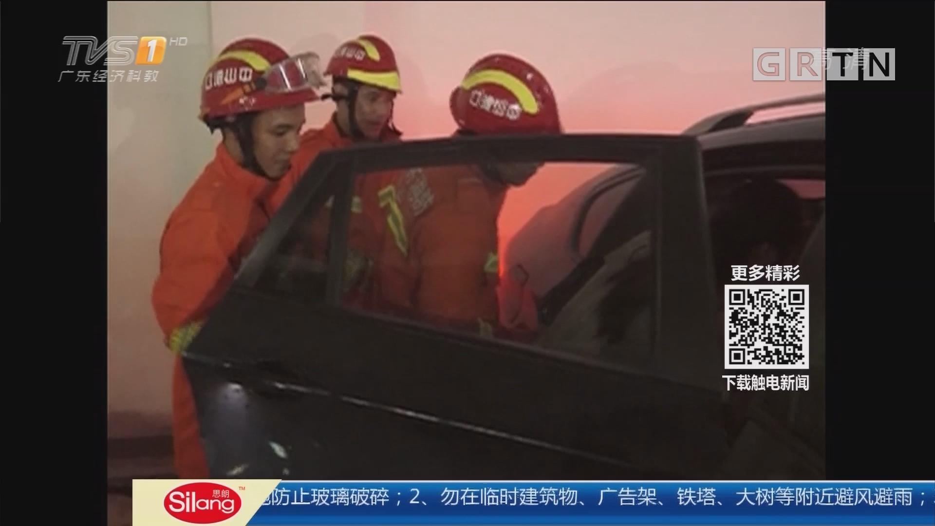 关注儿童安全:粗心妈妈把娃锁车内 消防砸窗救人