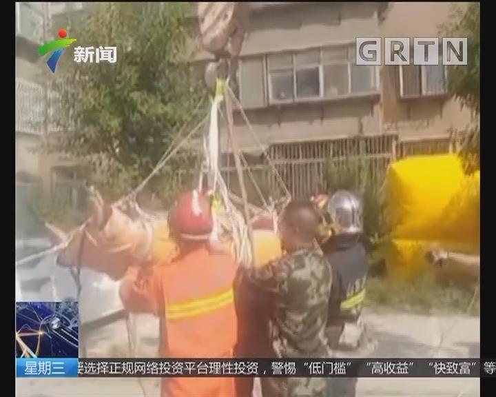 山东淄博:400斤男子发病被困 消防出动吊车救援