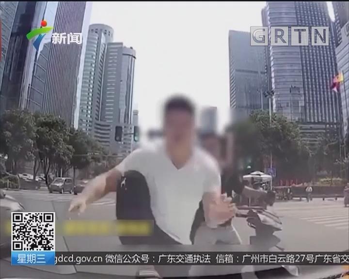 福建福州:男子骑电动车闯红灯 还踹碎汽车玻璃