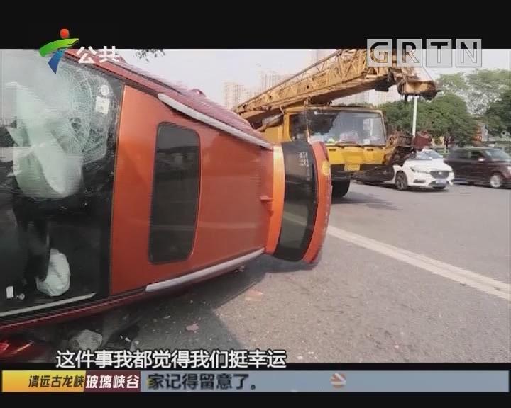 小车失控撞向公交站 幸未造成人员伤亡