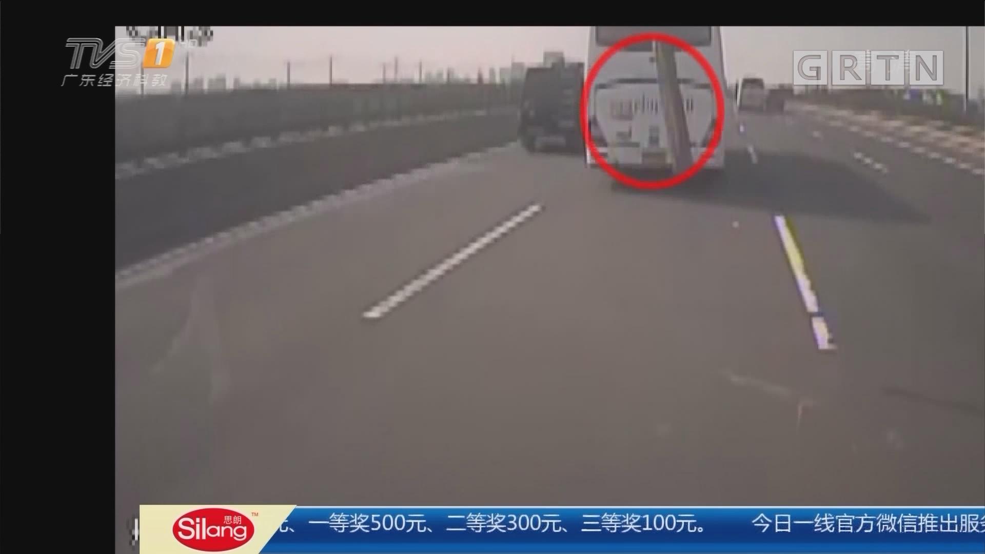 浙江杭州:高速上飞来木棍 砸中客车玻璃