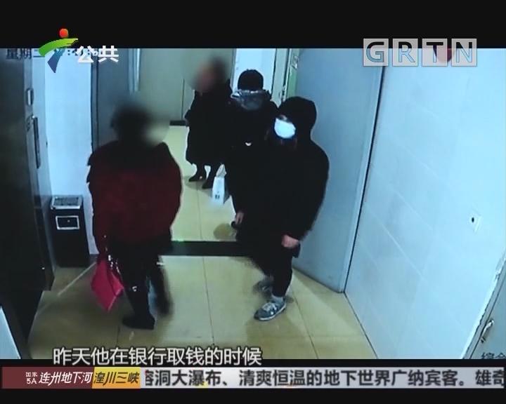 男子小区电梯口突然抢劫 众人合力将其擒住