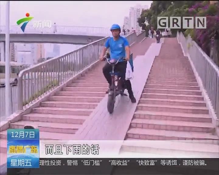 深圳罗湖:男子天桥上骑共享单车 撞护栏翻下桥