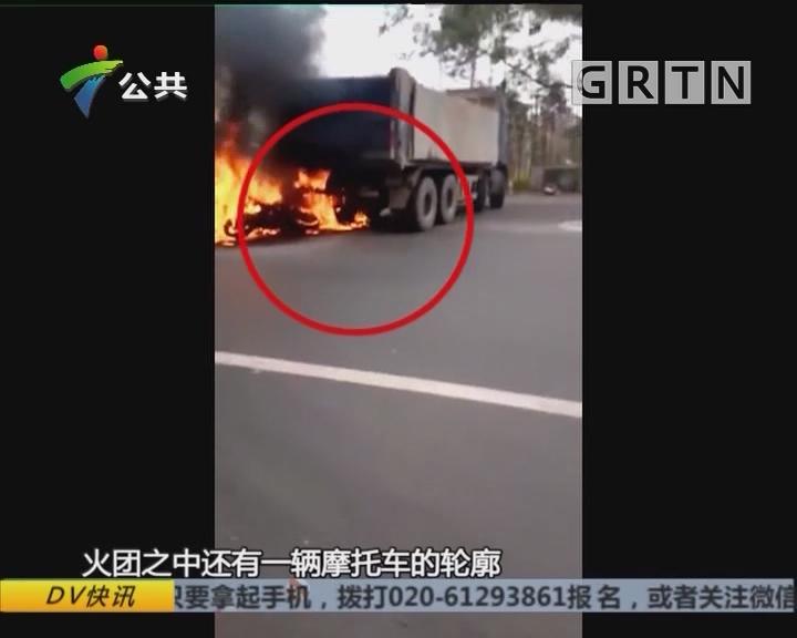 清远:摩托车撞货车起火 街坊协警合力救人