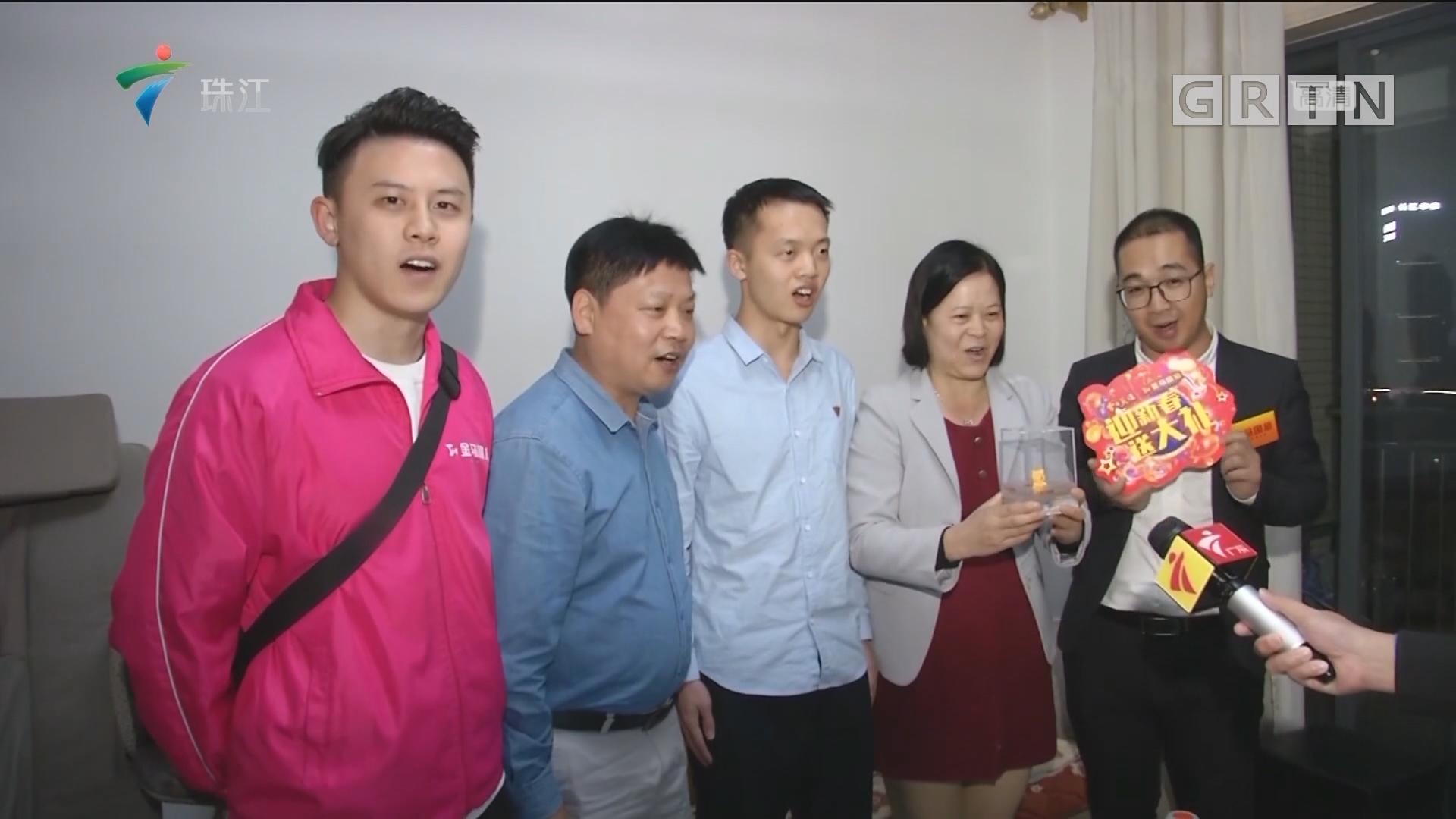 """新春送大礼 深圳""""铁杆粉""""喜获金猪"""