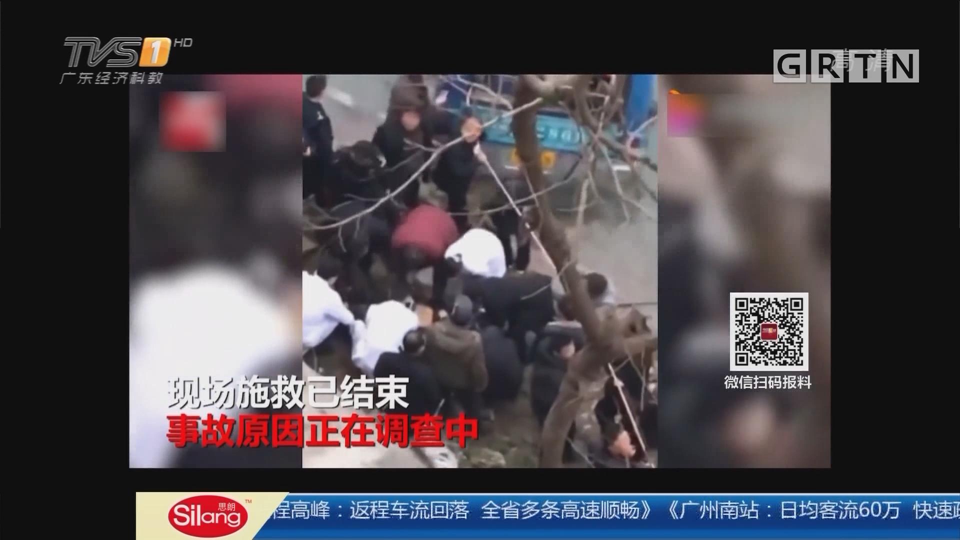 陕西汉中:公交车行驶中坠江 两人不幸身亡