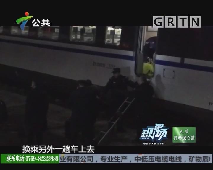 武汉往广州南一高铁突发故障 乘客跨轨道换乘