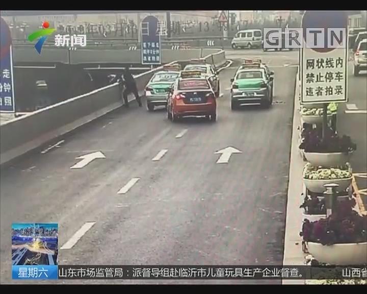 河南:男子从高架桥上跳下瞬间 民警飞身拽回