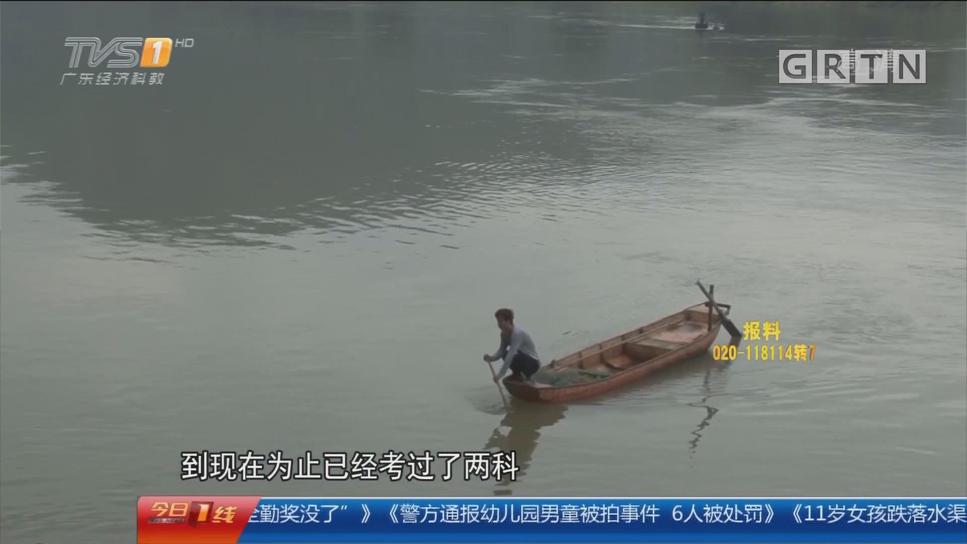清远阳山:渡船被喊停一年 学生撑小艇过江上学