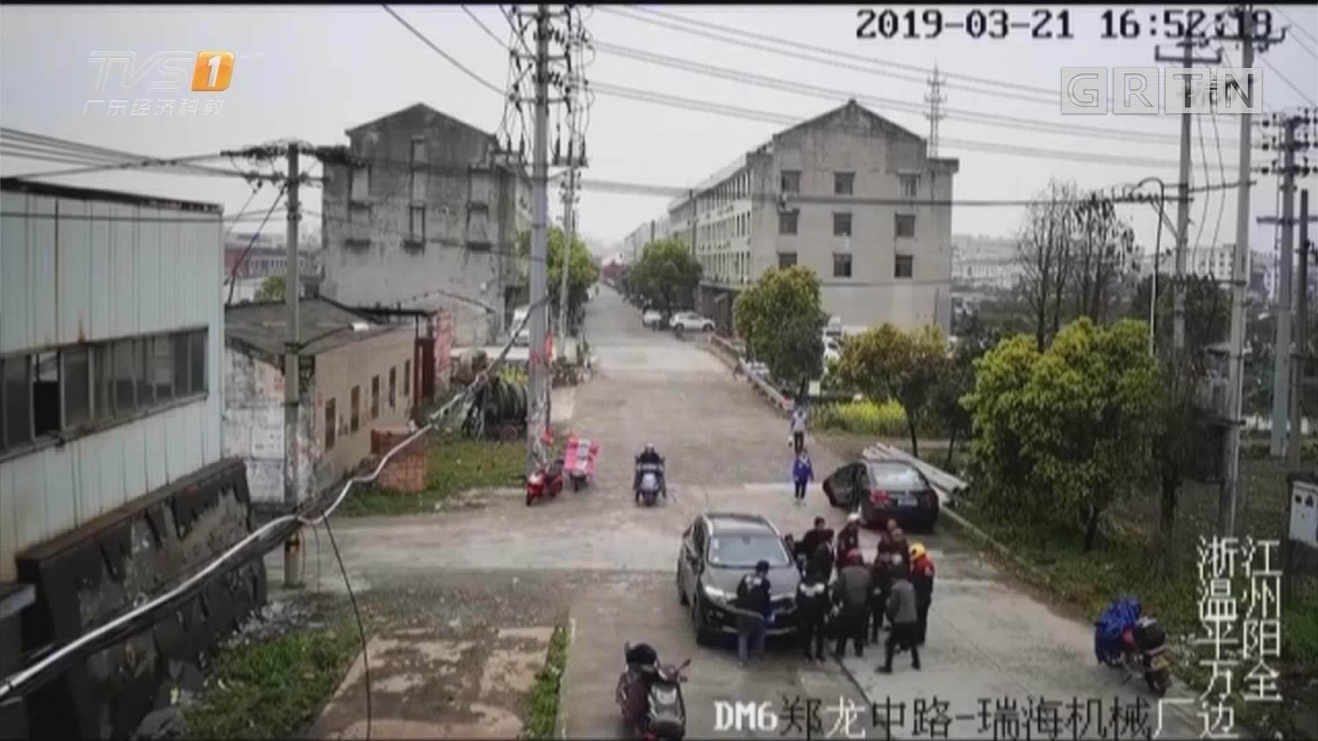 温州平阳:6岁男孩被卷入车底 众人抬车施救
