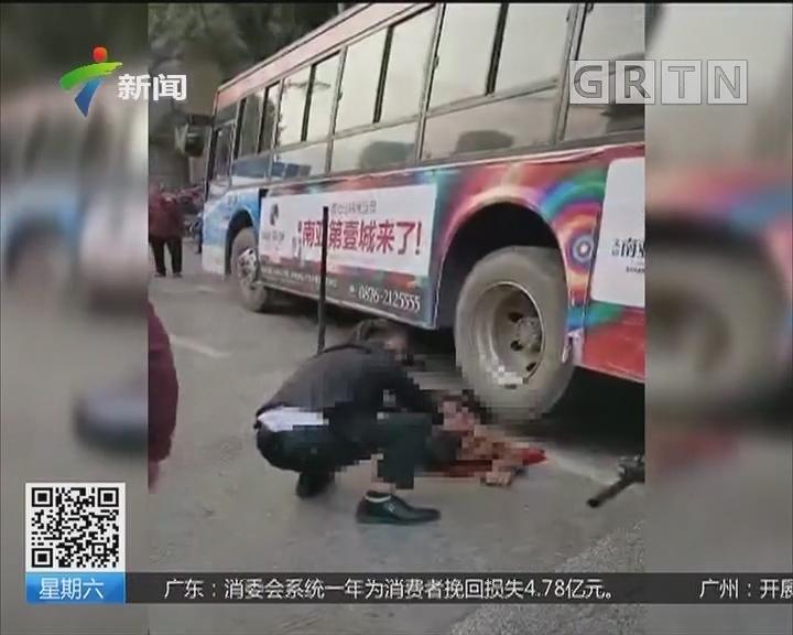 云南:老人意外被压公交车下 市民齐心救人