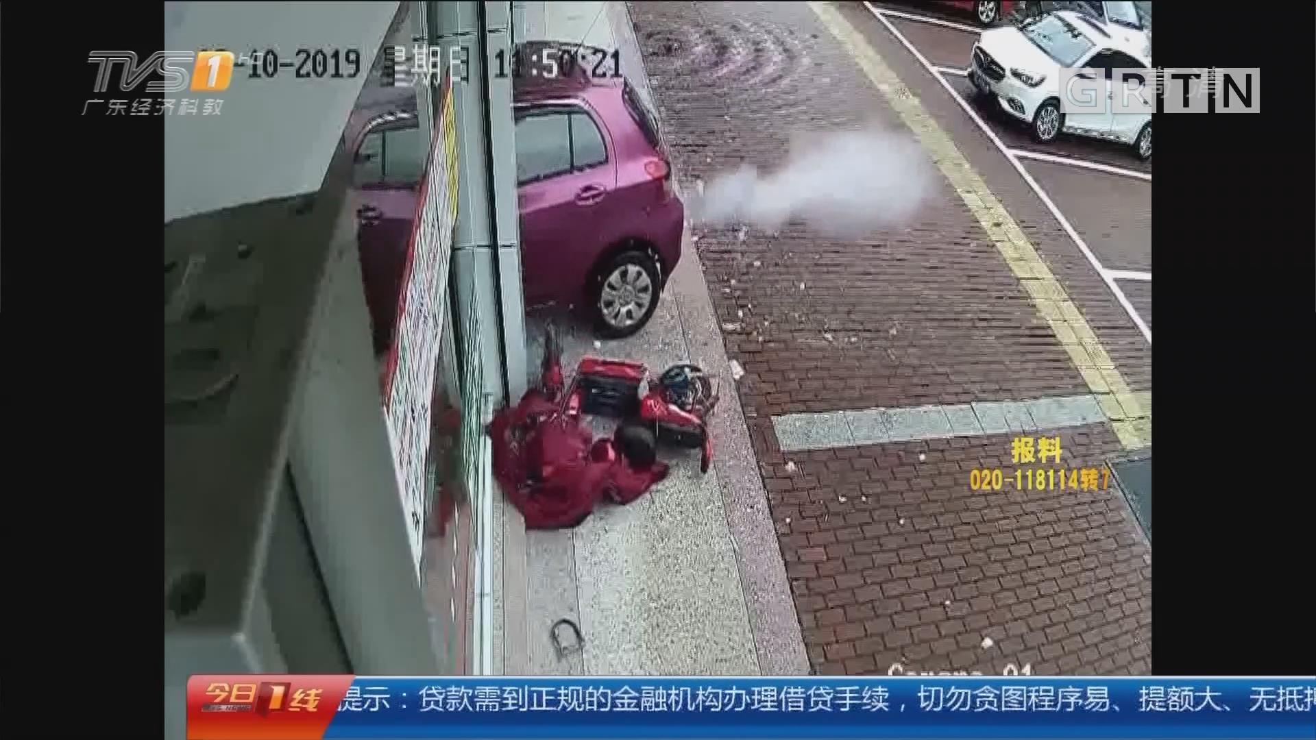 汕尾海丰:小车失控冲进药店 撞碎玻璃门