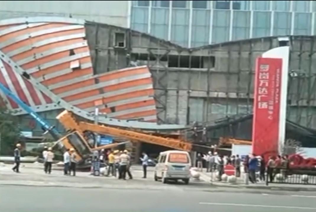 商场门前吊车翻倒 是事故还是排练?