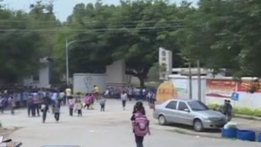 清远:在校门外 学生遭人殴打致手骨折