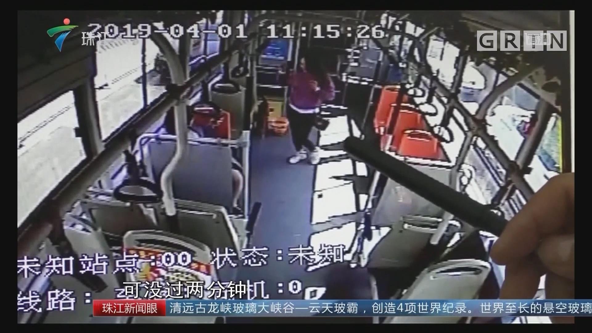 公交车上拍抖音 女子被车长请下车