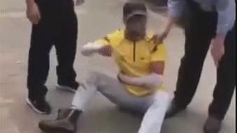珠海:外卖小哥突然倒地 民警将其抬走