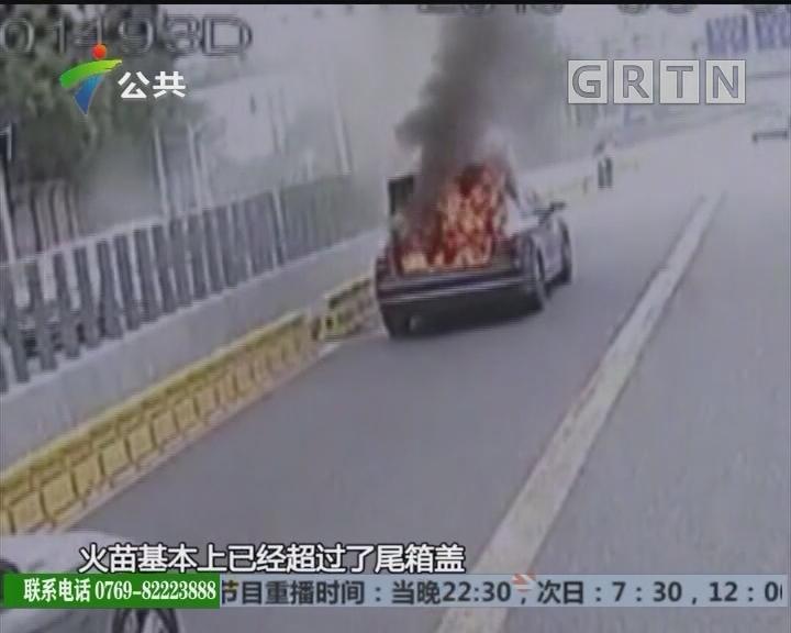 深圳:小车突然起火 多名过路司机合力扑救