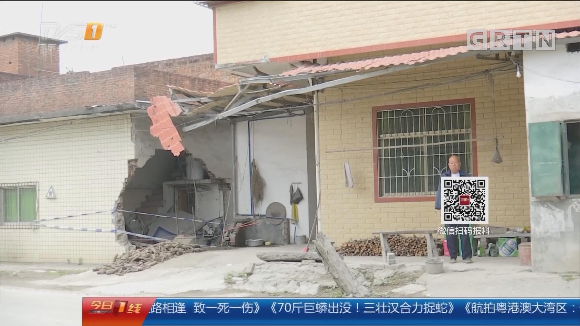 广州增城正果镇:货车超速行驶 飞出轮胎砸向民屋