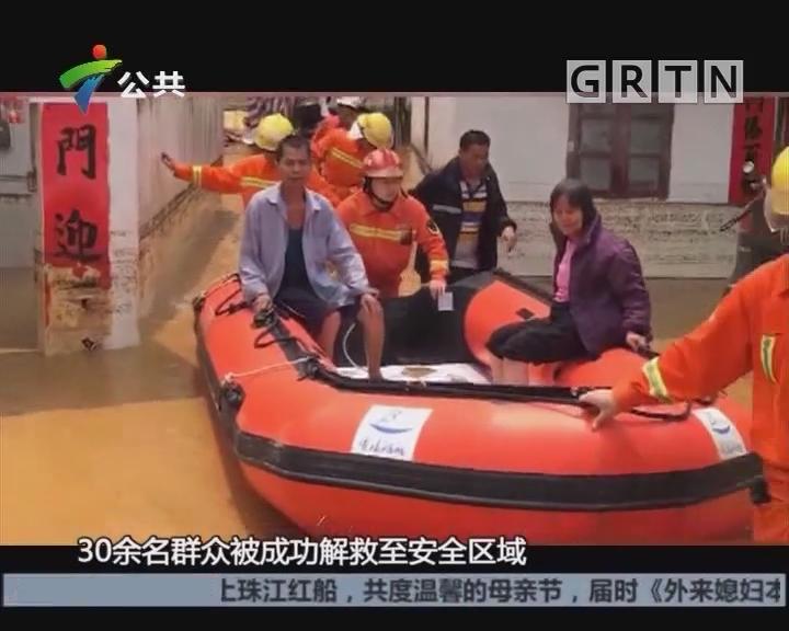 肇庆:房屋倒塌村民被困 消防队员转移群众