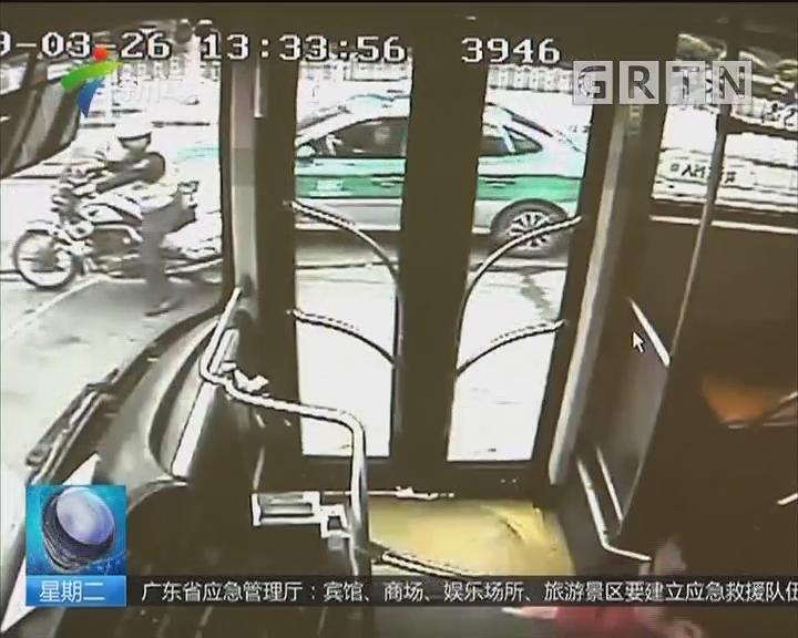 广州:公交车上老人突发疾病 交警带路驶出塞车路段