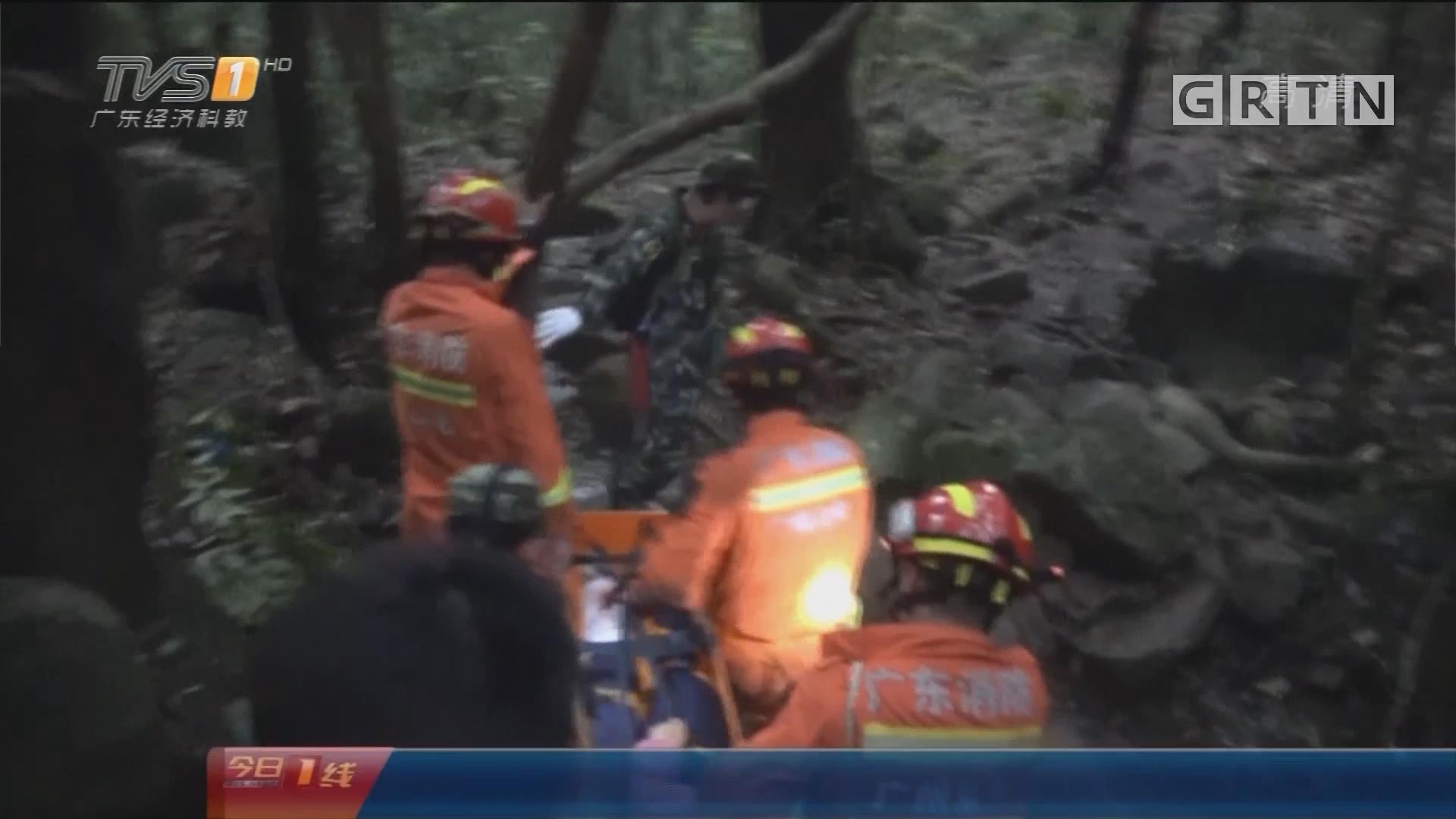 广州从化区:驴友登山崴脚被困 消防徒步前往救援