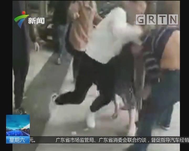 福建福州:停车问题引发两家长斗殴