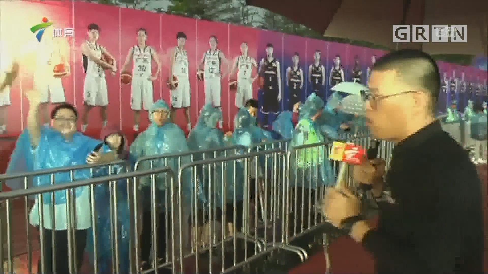 记者连线:东莞篮球之夜晚会外场情况