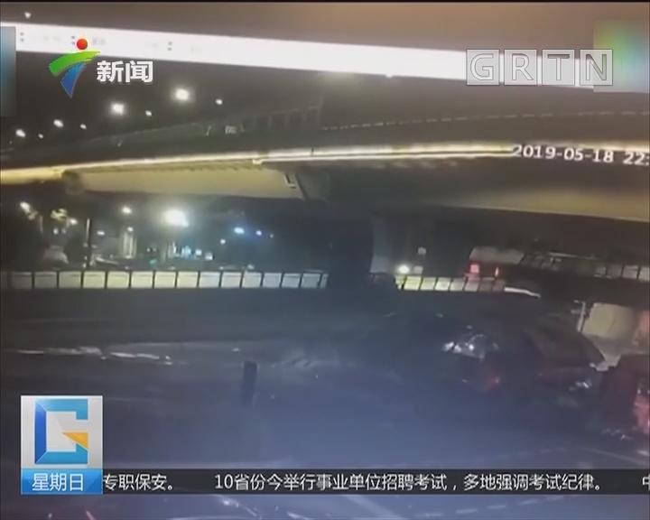杭州:人行天桥被货车撞塌 小轿车一脚油门逃生