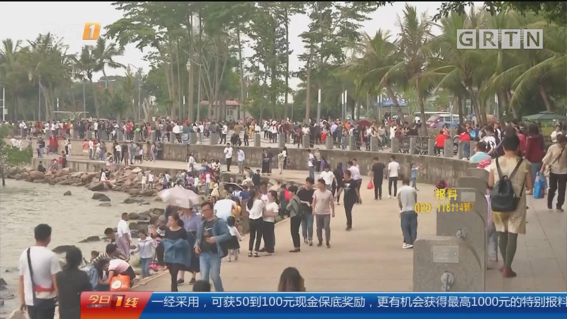 """五一假期出行:深圳湾公园 40万人""""挤爆""""公园 上厕所要等一小时?"""