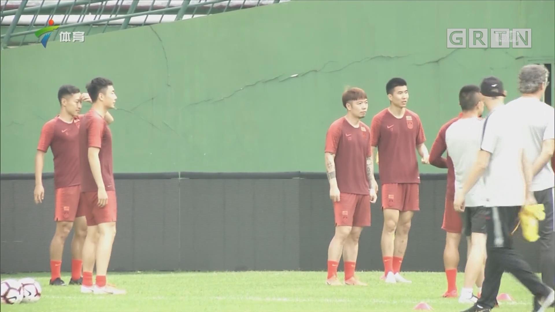 中国男足集训吸引多家媒体采访