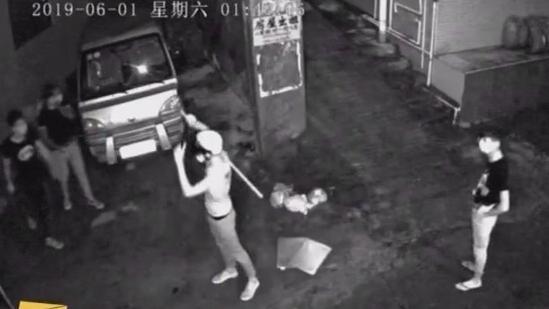 阳江:偷油被人发现 多名男子持棍砸车