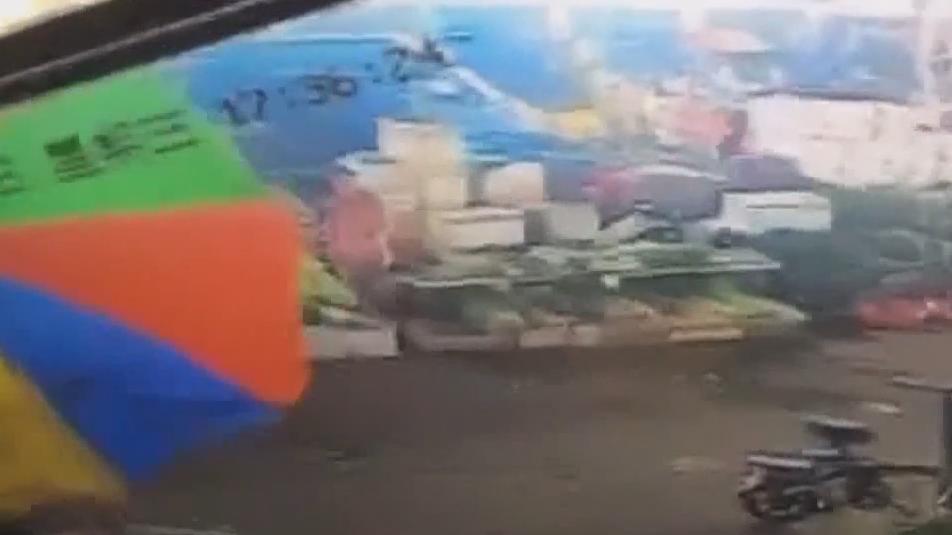 广州白云区:菜市场里砸档伤人 警方立案调查
