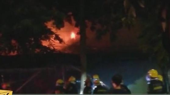 (DV现场)校旁连排食肆失火 消防紧急扑救