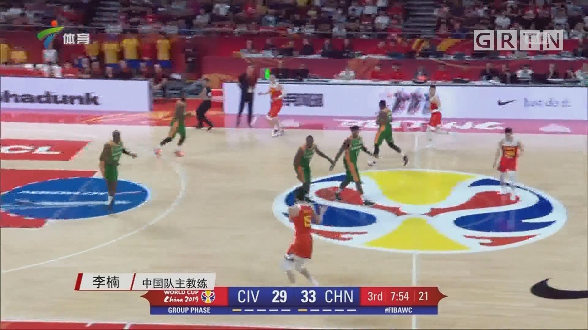 记者采访中国男篮教练李楠