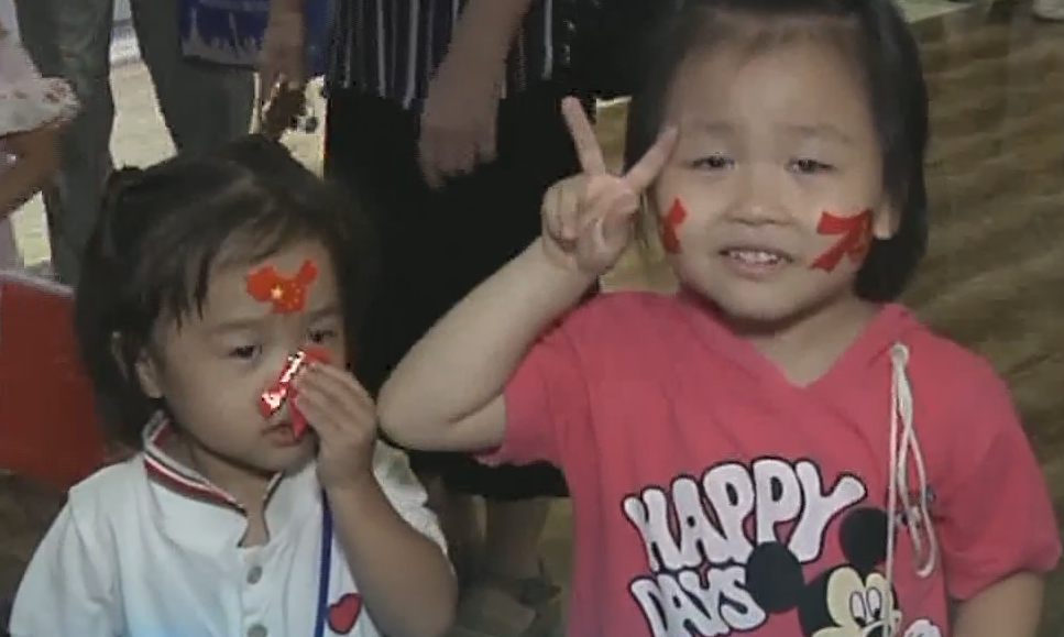 广州:70个家庭亲子观影 唱响《我和我的祖国》