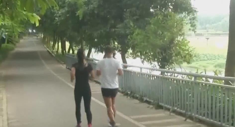 """系列专栏""""温度"""":深圳 男子晨跑瘫倒在地 热心跑友伸援手"""