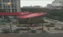 4G连线:东莞巨型广告牌倒塌事件 吊车赶到现场 连夜清理广告牌