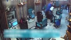男子對新發型不滿 按住理發師一通亂剃