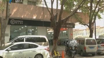 广州:快递公司霸占咪表停车位 竟然淋红油?
