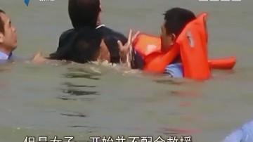 高明:女子为情跳湖 民警跳水救援
