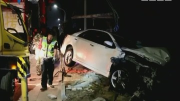 """中山:深夜轿车""""飞""""入河 司机疑似酒驾"""