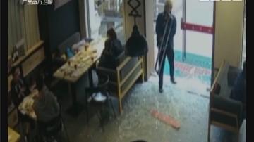 汕头:外卖小哥取餐太着急 撞破玻璃门