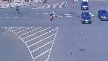 河源源城:两幼童误闯车流中 交警出手