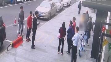 东莞:女子电梯内吐血不止 路遇民警紧急送医