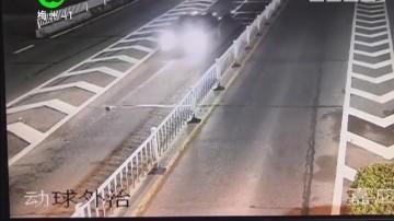 梅州:凌晨小车撞花带翻了个底朝天