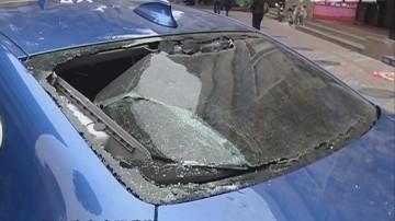 惠州:木板从天而降 小车玻璃被砸碎